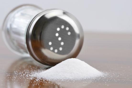 A deficiência de iodo em crianças pode levar ao cretinismo, que leva a danos cerebrais irreversíveis. Outra consequência da falta de iodo é o bócio, que nada mais é que o aumento da glândula da tireóide (hipotireoidismo). Para evitar esses e outros distúrbios por deficiência de iodo, esse sal mineral é adicionado ao sal de cozinha, usado cotidianamente em nossa alimentação. (Imagem: Thinkstock)