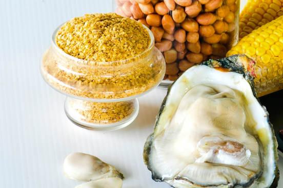 O zinco participa do metabolismo de proteínas e carboidratos, ajuda na respiração dos tecidos e atua no controle cerebral dos músculos. Pode ser encontrado em ostras, nozes, leguminosas, carnes, peixe e ovo. (Imagem: Thinkstock)