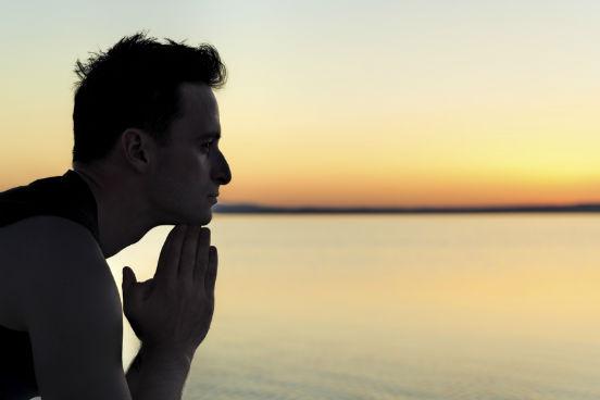 A memória humana pode ser muito prejudicada pelo estresse. A saída é buscar um respiro em meio à correria e dedicar algum tempo para pensar sobre o que você aprendeu e viveu durante o dia. Pesquisadores da Harvard Business School descobriram que sessões de 15 minutos de reflexão ao final de um dia de trabalho aumentaram em quase 23% a produtividade de profissionais de um call center. Após o exercício, os participantes do experimento também escreveram um diário com os principais acontecimentos do dia. Esse breve momento de introspecção ajuda a organizar as informações novas e articulá-las com aquelas que já estavam no seu cérebro. Quando as pessoas têm a chance de parar para refletir, elas têm um enorme ganho de eficiência, porque se sentem mais confiantes e, assim, colocam mais energia no que fazem e aprendem, diz a professora Francesca Gino ao site Business Insider.