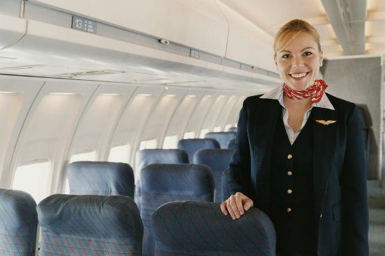 Ao assegurarem a segurança e o conforto dos passageiros aéreos durante os voos, os atendentes podem estar expostos a contaminantes, a doenças e infecções e a pequenas queimaduras ou cortes. Tudo isso faz com que esse emprego ocupe o segundo posto do ranking. (Imagem: Thinkstock)