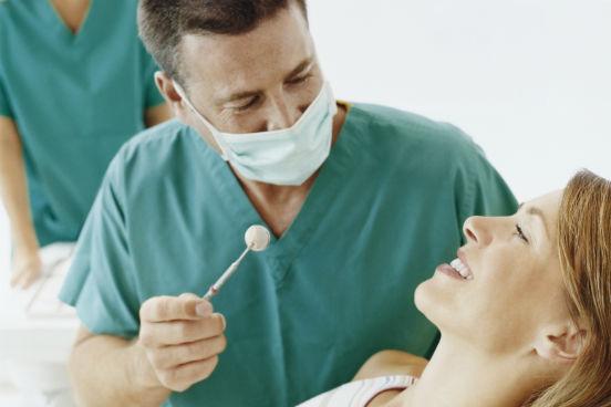 Eles examinam, diagnosticam e tratam doenças, machucados e má-formações dos dentes e da gengiva. Mas, ao fazerem isso, eles podem estar expostos a contaminantes, a doenças e infecções, além de passarem muito tempo sentados, o que faz muito mal. O conjunto desses fatores faz com que os dentistas, cirurgiões dentistas e assistentes dentários ocupem o primeiro lugar na lista das profissões mais insalubres. (Imagem: Thinkstock)