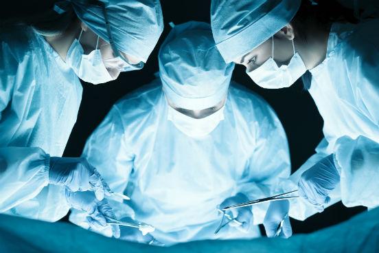 Ao auxiliarem em operações sob a supervisão de cirurgiões, e enfermeiros registrados, e/ou ao realizarem testes em laboratórios, esses profissionais podem estar expostos a doenças e infecções, ou seja, eles possuem condições perigosas de trabalho. É deles a décima posição no ranking. (Imagem: Thinkstock)