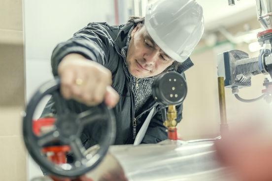 Esses profissionais, que operam motores estacionários, caldeiras e outros equipamentos mecânicos, podem estar expostos a contaminantes, a condições perigosas de trabalho  e a pequenas queimaduras e cortes. Com isso eles ocupam a nona posição no ranking. (Imagem: Thinkstock)