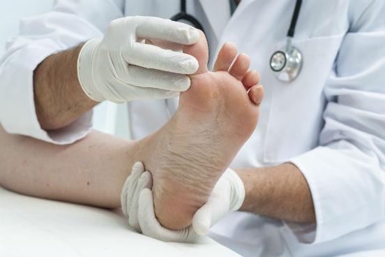 Os profissionais que diagnosticam e tratam doenças e deformidades do pé humano, ao exercerem seu ofício, podem estar expostos a doenças e infecções, à radiação e a contaminantes. Essa é a quinta profissão mais insalubre. (Imagem: Thinkstock)