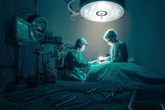 Eles podem estar expostos a doenças e infecções, a contaminações e à radiação,  por administrarem anestésicos ou sedativos durante procedimentos médicos e por ajudarem pacientes na recuperação da anestesia. Por isso, anestesistas, enfermeiros anestesistas e assistentes anestesistas ocupam a terceira colocação na lista. (Imagem: Thinkstock)
