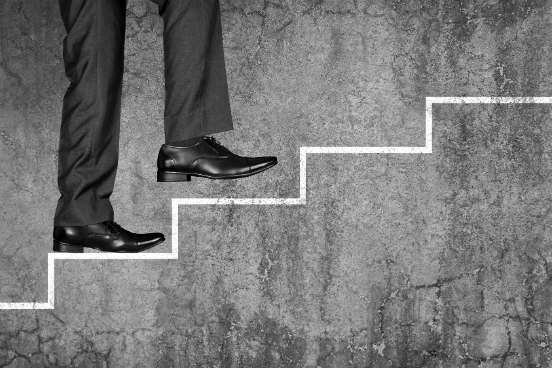 Juntar coragem para dar o primeiro passo pode ser extremamente difícil, mas essa é a ação mais primordial de todas para sair da zona de conforto. Mantenha-se determinado e pense nos seus objetivos finais - cada passo que você der após o primeiro o levará cada vez mais perto do que você quer alcançar. (Imagem: iStock)