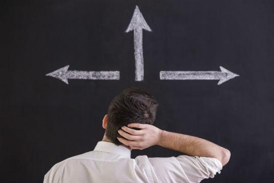 Quando você estiver prestes a fazer uma opção entre uma escolha segura/confortável e outra arriscada/desconfortável, escolha a segunda. Justamente por ser mais difícil e exigir mais de você, é essa a opção que vai lhe ensinar e fazer com que você cresça mais. (Imagem: iStock)