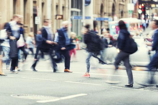 Se você dirigir ou andar por um caminho novo, as probabilidades de que você veja coisas diferentes, com as que não está acostumado, são enormes. Apesar de não parecer em um primeiro momento, pequenas mudanças como essa são capazes de mexer bastante com a sua visão de mundo. (Imagem: iStock)