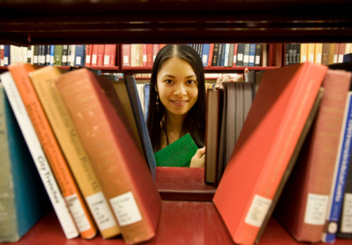 garota-entre-livros-estante.jpg