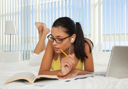 garota-estudando-cama.jpg