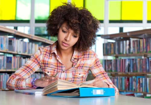 garota-sozinha-estudo-biblioteca.jpg