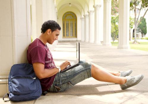 garoto-sentado-corredor-laptop.jpg