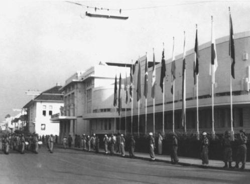 Países não alinhados - Nesse mundo dividido entre capitalistas e comunistas, alguns escolheram a neutralidade. Eram os países não alinhados, formados, em sua maioria, por países em desenvolvimento. Índia, África do Sul e Egito foram alguns dos mais importantes. O primeiro encontro do Movimento dos não Alinhados foi a Conferência de Bandung, na Indonésia. A reunião foi realizada em 1955 e envolveu 29 países.