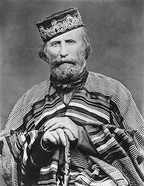 Dentre os líderes do movimento, ganhou fama o italiano Giuseppe Garibaldi, mais tarde apelidado de herói de dois mundos, por seu envolvimento em lutas nas Américas e na Europa.  Cerca de 100 mil homens se envolveram na Guerra dos Farrapos, entre separatistas e soldados do Império.