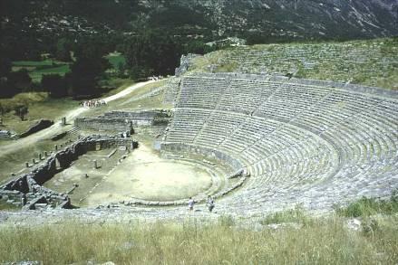 A história política grega é complexa, divide-se em cinco períodos. São eles: Pré-Homérico, Homérico, Arcaico, Clássico e Helenístico. Na imagem, pode-se observar ruínas de um teatro grego. Imagem: Wiki Commons