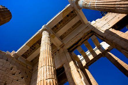 Nesta fase, a democracia também nasce e Atenas figura como um exemplo deste novo regime político. Esparta também é um expoente, porém do autoritarismo, já que se caracteriza pela forte cultura militar. Imagem: Wiki Commnos