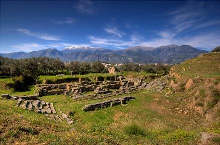 Outro acontecimento importante do Período Arcaico é a Guerra do Peloponeso. Nesta, Atenas e Esparta brigam pelo domínio das demais cidades-estado. Esparta ganha, mas a sociedade grega está arrasada.  Tem-se início o período Helenístico.