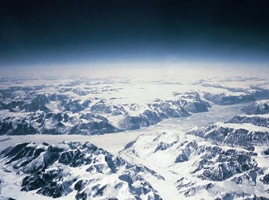 Mesmo a milhares de quilômetros de distância, a gigante Groenlândia é parte da pequena Dinamarca. O território ganhou mais autonomia em 2008, mas parte da população quer mesmo é a independência. (Foto: Wikimedia Commons)