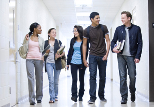 grupo-andando-corredor.jpg