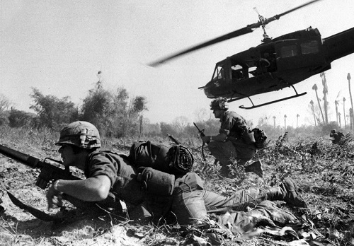 Guerra do Vietnã - Um dos mais famosos conflitos desse tipo foi a Guerra do Vietnã, que ocorreu entre 1955 e 1975. O Vietnã do Sul teve o apoio dos Estados Unidos, que a princípio enviaram dinheiro e armas. Mas foi só com presidente Lyndon Johnson que os EUA acharam um pretexto para entrar na Guerra do Vietnã de forma oficial, em 1964: um ataque a um navio americano pela marinha norte-vietnamita. Em 2005, foram revelados indícios de que o ataque foi forjado pelos Estados Unidos.