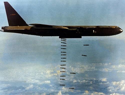 Guerra do Vietnã - Já o Vietnã do Norte teve o apoio logístico de União Soviética, China e Coreia do Norte, que forneceram armas e dinheiro para o conflito.