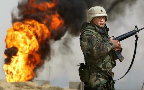 Após a invasão dos Estados Unidos ao Iraque, em 2003, o país viveu um vácuo administrativo e de segurança causado pelo fim do governo de Saddam Hussein. Isso, somado à destruição da guerra, tornou o país um terreno fértil para o surgimento de grupos jihadistas e acabou atraindo muçulmanos extremistas de todo o mundo. (Foto: Getty Images)