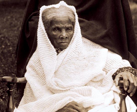 HARRIET TUBMAN - 1861.  A ex-cativa (1820-1913) é a primeira mulher a liderar tropas americanas. Durante a Guerra Civil, ela comanda uma ação militar de resgate, que consegue libertar 750 escravos das mãos da Confederação. A operação lhe rende o apelido de Moisés dos negros.