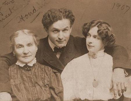 O ator e dublador Harry Houdini criou a primeira roupa de lata e borracha usada por mergulhadores. (Foto: Wikimedia Commons)