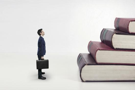 homem-escada-de-livros.jpg