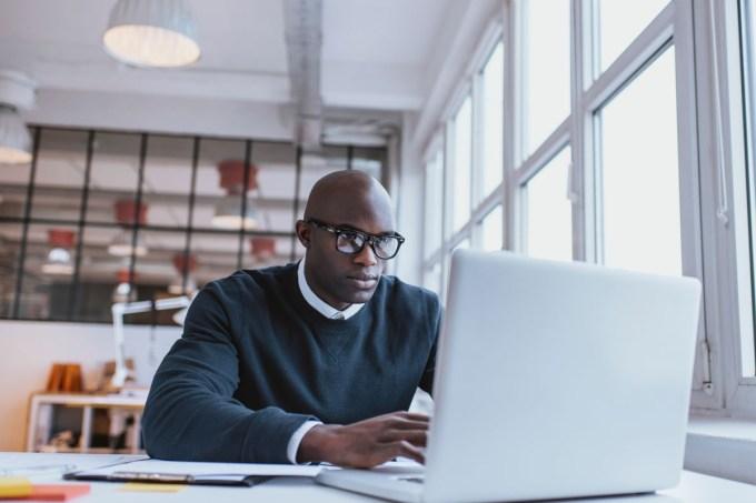 homem-trabalhando-sozinho-notebook.jpg