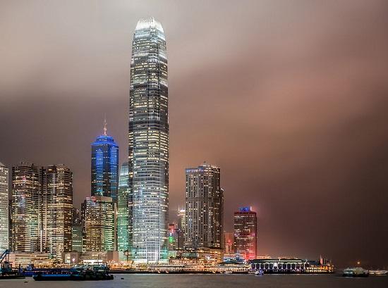 No final da década de 90, Inglaterra e Portugal devolveram Hong Kong e Macau para a China. As duas cidades-Estado se tornaram Regiões Administrativas Especiais da China, com relativa independência do restante do país e economia capitalista. Essa situação deve durar 50 anos, num modelo que Dèng Xiǎopíng  batizou de Um país, dois Sistemas.  (Foto: Wikimedia Commons)