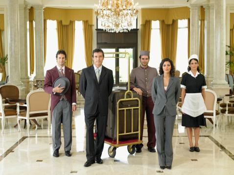 O profissional pode administrar hotéis e supervisionar os serviços oferecidos aos hóspedes, além de ajudar no planejamento da montagem e na organização de novos empreendimentos hoteleiros.
