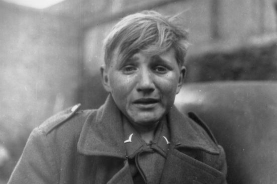 A captura de um grande número de prisioneiros do Eixo pelas forças aliadas foi um dos primeiros acontecimentos que levaram à rendição alemã. Na foto, um soldado alemão de 15 anos chora após ser capturado pelo exército americano na Alemanha em abril de 1945. (Créditos:John Florea/Keystone/Getty Images)