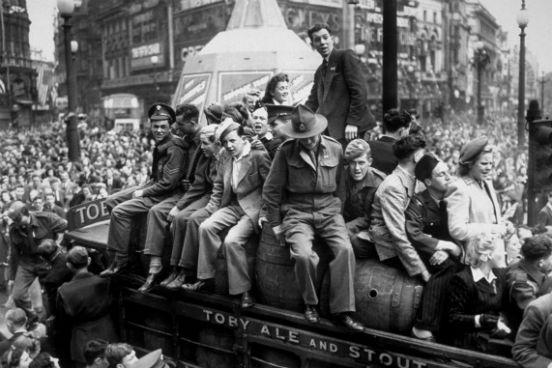 Uma van carregada de cerveja passa por Piccadilly Circus, em Londres, no dia 8 de maio de 1945, quando os Aliados comemoravam a vitória sobre os nazistas. (Créditos: Keystone/Getty Images)