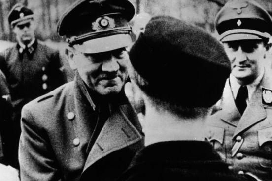 Em sua última foto oficial, Adolf Hitler deixa a segurança de seu bunker para condecorar os membros da Juventude Hitlerista. (Créditos: Keystone Features/Getty Images)