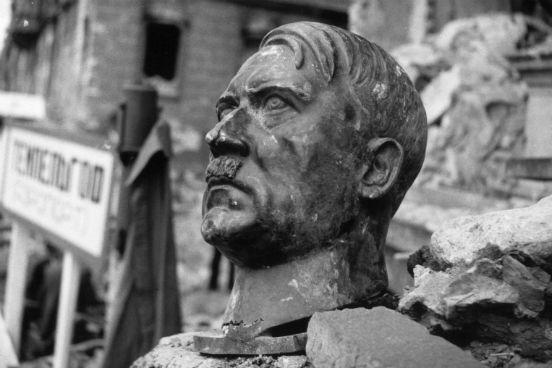 Busto de Adolf Hitler resiste entre as ruínas da Chancelaria Alemã, em Berlim. (Créditos: Reg Speller/Fox Photos/Getty Images)