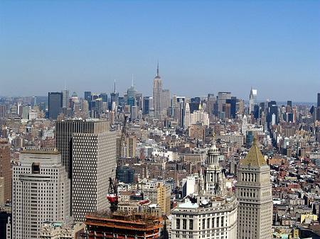 Já as ilhas de calor ocorrem quando o centro da cidade, normalmente cheio de prédios, passa a ser mais quente que as áreas ao redor. (Foto: Wikimedia Commons)