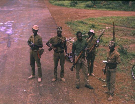 Muitas das tensões provocadas pelos dominadores duram até hoje no continente africano, pois criaram estruturas étnicas muito rígidas, o que não existia no passado. Um dos exemplos mais expressivos foi o conflito entre hutus e tutsis, em Ruanda. Os tutsis, escolhidos pelos europeus, governaram o país por anos após o fim do domínio belga, sempre colocando os hutus em posição de inferioridade. Em 1994, 32 anos após a independência do país, os hutus se rebelaram contra esse modelo e cerca de 1 milhão de pessoas morreram em uma guerra civil. (Foto: Wikimedia Commons)