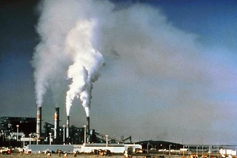 Vários são os culpados da poluição urbana. Indústrias geram muitos poluentes, como monóxido de carbono (CO), dióxido de carbono (CO2), dióxido de enxofre (SO2), só para citar alguns. (Foto: Wikimedia Commons)
