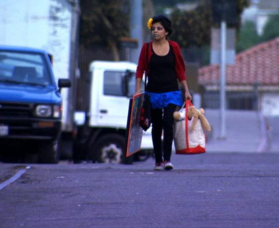 É um documentário que retrata a vida de Inocente Izucar, uma jovem de 15 anos, sem-teto e imigrante ilegal nos Estados Unidos. Ela batalha pelo sonho de ser artista, mas tem que lidar com as constantes ameaças de deportação. Com o filme dá para estudar a imigração ilegal norte-americana e como o governo trata da questão. Concorre ao Oscar de Melhor Documentário em curta-metragem. ESTUDE: IMIGRAÇÃO ILEGAL, XENOFOBIA, ECONOMIA NORTE-AMERICANA. (imagem: reprodução)