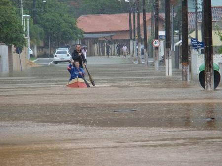 Além dos desmoronamentos, o período de chuvas pode causar enchentes nas grandes cidades. A ocupação desordenada, a falta de planejamento urbano e a impermeabilização do solo são algumas das causas de alagamentos urbanos. (Foto: Wikimedia Commons)
