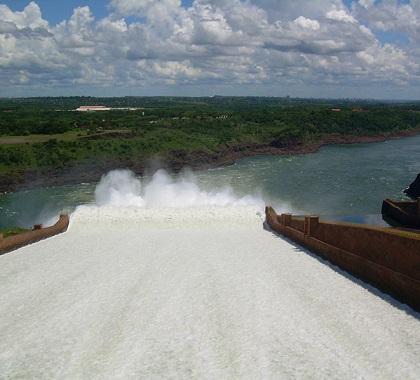 A maior capacidade instalada de energia hidrelétrica do Brasil está na bacia do Paraná. É nela que ficam as algumas das usinas mais importantes do país, como Itaipu e Furnas. (Foto: Wikimedia Commons)