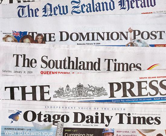 JORNALISMO - O jornalista é o profissional da notícia. Ele investiga e divulga fatos e informações de interesse público, redige e edita reportagens, entrevistas artigos, adaptando o tamanho, a abordagem e a linguagem dos textos ao veículo e ao público a que se destinam.