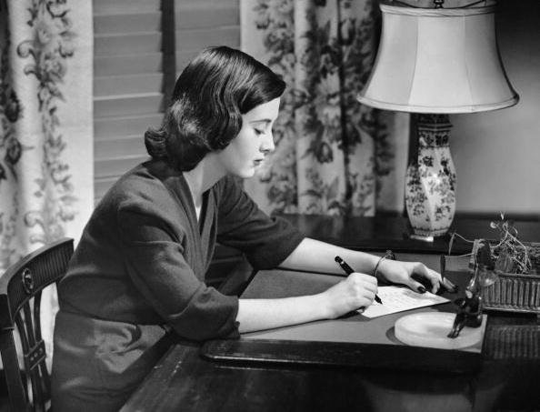 jovem-escrevendo-mesa.jpg