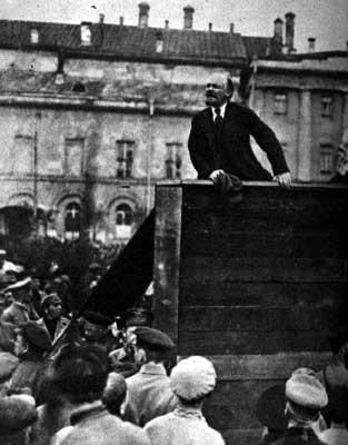 Lenin entrou na política no começo da vida adulta. Aos 16 anos ele ainda era mais ligado à religião. Tudo mudou quando o irmão dele, Alexander Ulianov,  foi condenado à morte depois de se envolver numa tentativa de assassinar o Czar Alexandre III, o  pai de Nicolau II.