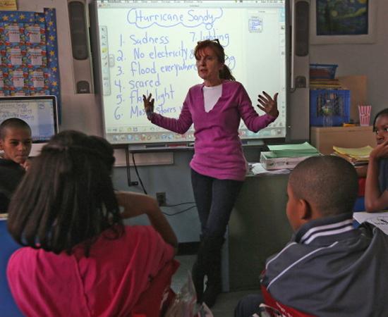 LETRAS - É o estudo da língua portuguesa e de idiomas estrangeiros e de suas respectivas literaturas. O profissional pode dar aulas em outros países.