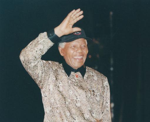 E 1994, nas primeira eleições com sufrágio universal, a África do Sul elegeu Nelson Mandela para presidente. Utilizando as lições de diplomacia que aprendeu na prisão, o líder soube negociar com os diversos grupos envolvidos e conduzir o momento de transição pelo qual passava o país de forma pacífica. Muitos afirmam que, não fosse sua habilidade política, a África do Sul poderia ter terminado em uma guerra civil. (Foto: Wikimedia Commons)