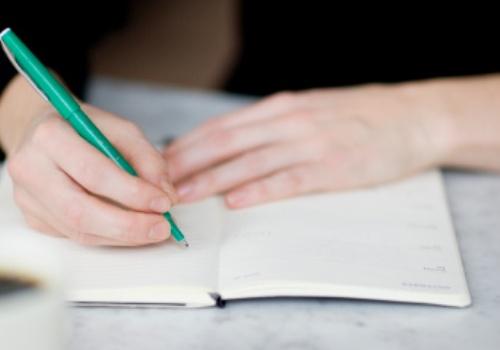 mao-caderno-caneta.jpg