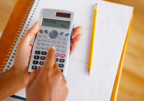 mao-calculadora-caderno-lapis.jpg