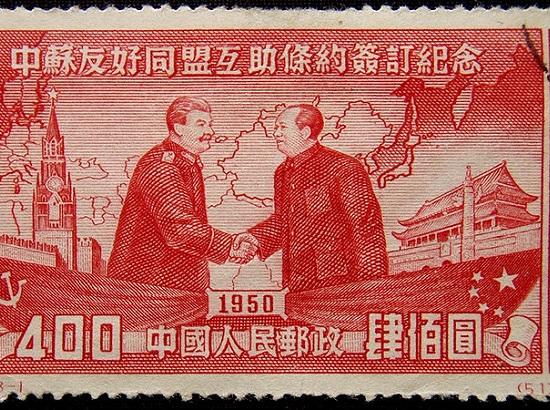Assim que assumiu o poder, Mao se deparou com um país em pedaços, destruído após décadas de guerra e exploração das potências europeias. Para tentar resolver o problema, ele foi a Moscou e pediu ajuda financeira e técnica a Stalin. O governo Soviético atendeu o pedido, mas se recusou a dar apoio militar para invadir Taiwan. (Foto: Wikimedia Commons)